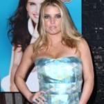 Ukočena Jessica Simpson jedva ugurala grudi u preveliku haljinu