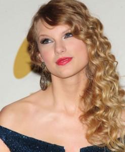 Taylor Swift se u isto vreme zabavlja s čak tri muškarca? Taylor-Swift-247x300