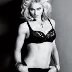 Isklesana Madonna pozirala sa krstom u ustima