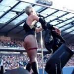 Video: Pink tokom koncerta pokazala guzu skinuvši se u oskudni kostim