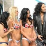Russell Brand novi film promovisao okružen polugolim lepoticama