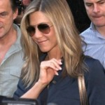 Jennifer Aniston razvila strategiju izlaska iz automobila bez pokazivanja gaćica