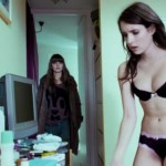 VIDEO: Emma Roberts pokazala telo šetajući u donjem rublju