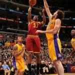 NBA: Lejkersi rasturili Klivlend