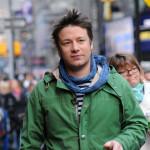 Jamie Oliver uči Brada Pitta kuvanju