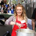 Hilary & Haylie Duff i Uskršnji zeka nahranili beskućnike