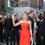 Jennifer Aniston blistala u seksi crvenoj haljini