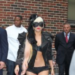 Lady GaGa promoviše album u grudnjaku i mrežastim čarapama