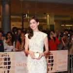 Anne Hathaway zablistala u čipkastoj haljini Alexandera McQueena
