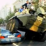 Gradonačelnik grada iz Litvanije pregazio Mercedes oklopnim vozilom