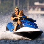 Enrique Iglesias sa psom na skuteru