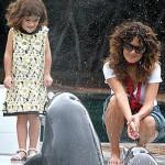 Salma Hayek i kćerka Valentina u druženju s delfinima