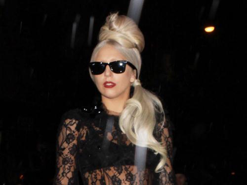Kako izgleda kad se Lady GaGa prihvati kuvanja? FP_8199249_LadyGaGa_BookLaunch_NYC_05_08