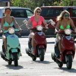 Fun in the sun! Vanessa, Selena i Ashley Benson uživaju u vožnji vespi