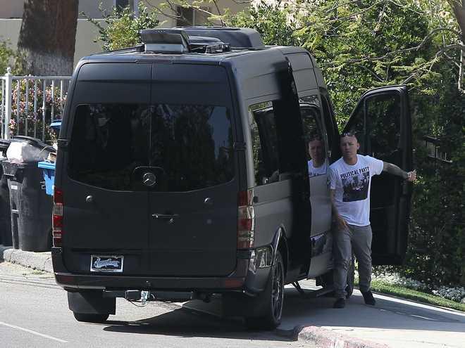 Semi-Exclusive... Justin Bieber Visits Selena Gomez In His Black Van