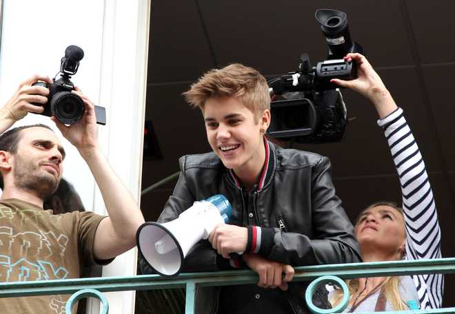 Justin Bieber Gives A Balcony Concert