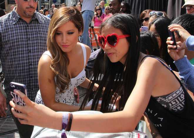 Celebrities Get Interviewed For 'Extra'