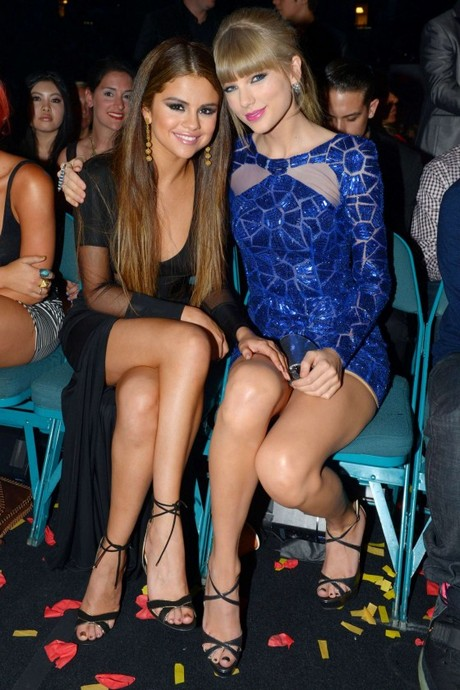 Selena-Gomez-and-Taylor-Swift---2013-Billboard-Music-Awards-in-Las-Vegas-04-560x840