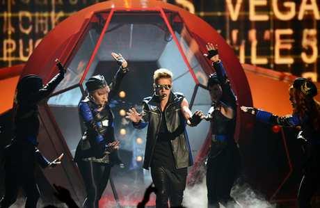 justin-bieber-billboard-music-awards-2013-performance-video-05