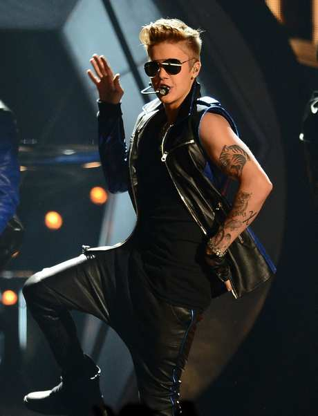 justin-bieber-billboard-music-awards-2013-performance-video-09
