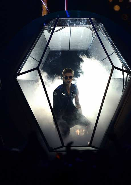 justin-bieber-billboard-music-awards-2013-performance-video-14