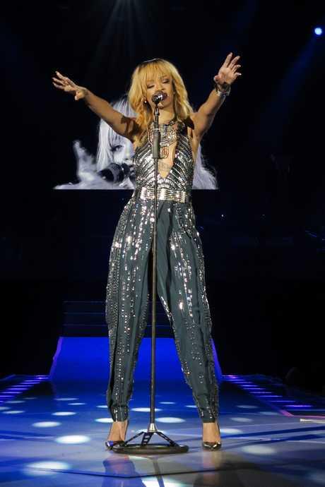 41093_Rihanna_Performance_at_Twickenham_Stadium_in_London_June_15_2013_11_122_81lo
