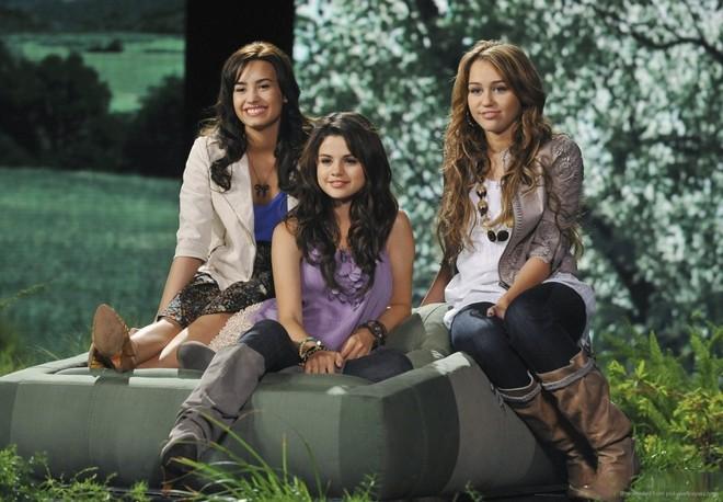Demi-Lovato-Selena-Gomez-Miley-Cyrus-HD-Wallpaper-1080x675