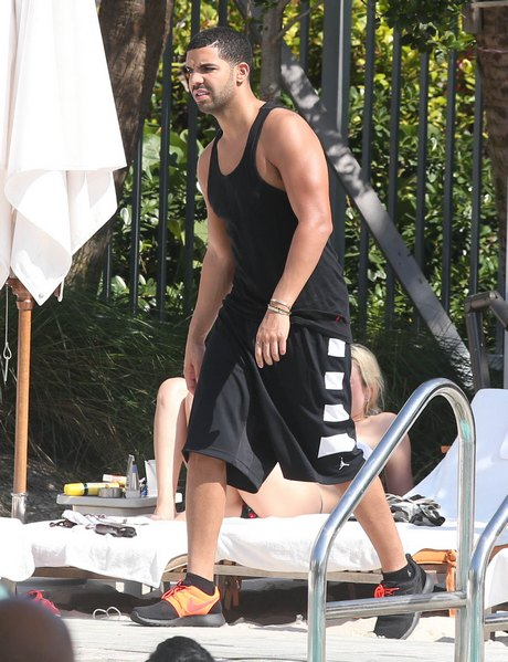 Exclusive... Drake Hanging Out Poolside In Miami