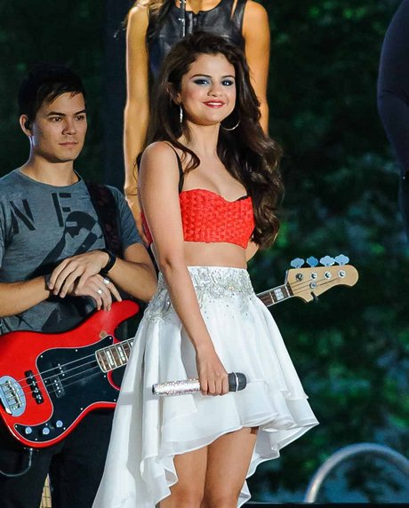 selena-gomez-at-macys-fourth-of-july-fireworks-spectacular-2013-11
