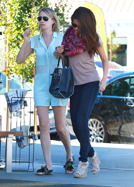 Selena Gomez Spends Her Sunday Eating Out