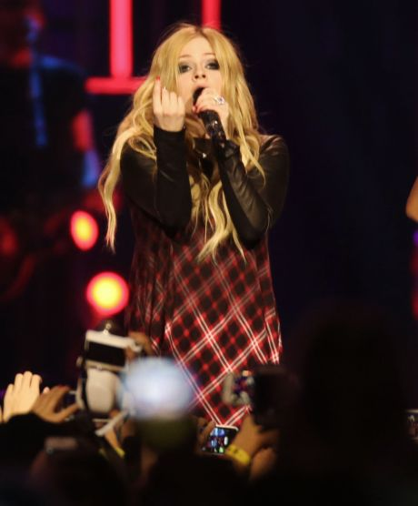Is Avril Lavigne Trying To Hide A Baby Bump?