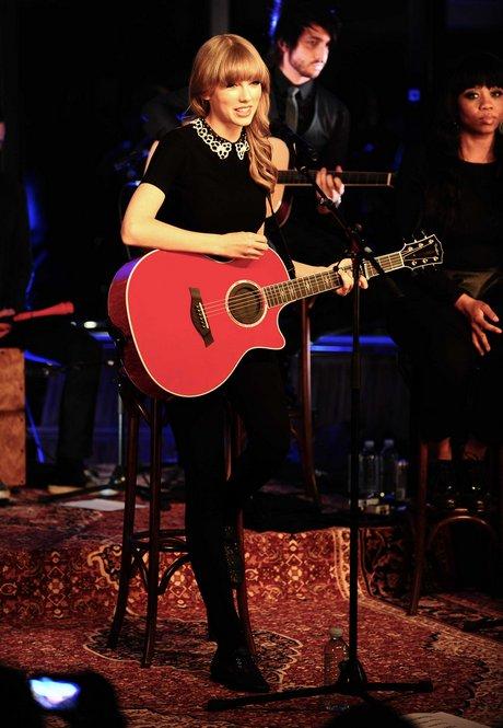 Exclusive - PARIS : Taylor Swift performs for NRJ private concert .