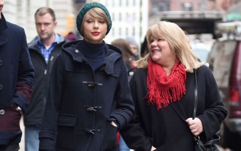 Taylor Swift & Family Grab Lunch In Tribeca